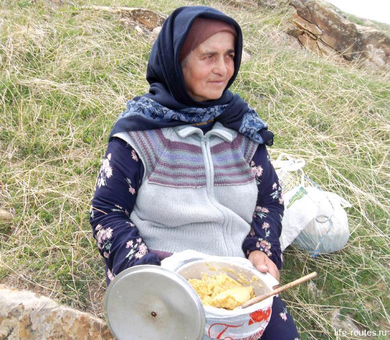 По пути в Гамсутль идущая навстречу бабушка угостила нас местной сладостью - бахухом...