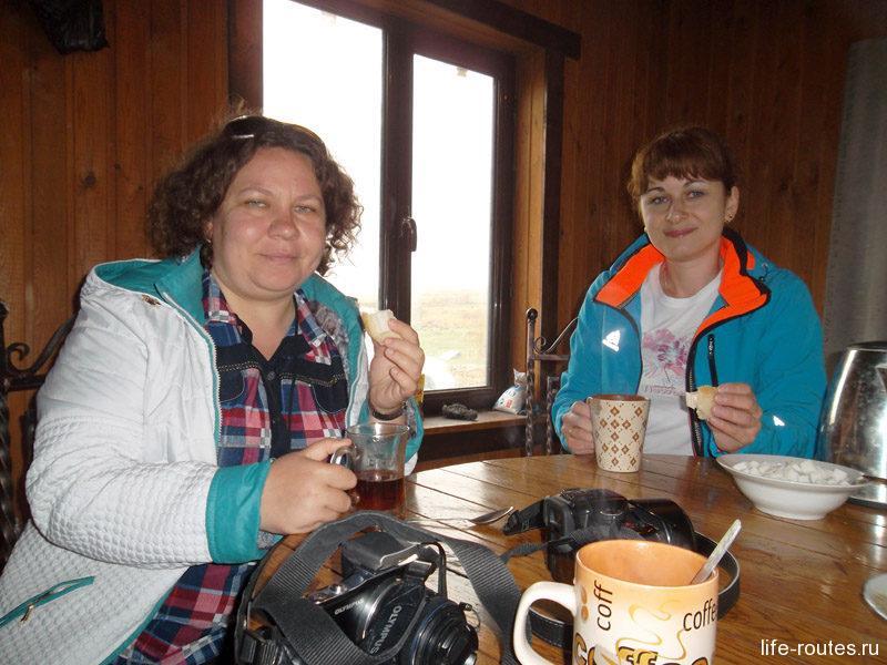 ... а на Матласском плато спасатели отпаивали нас замерзших горячим травяным чаем с домашним сыром и хлебом