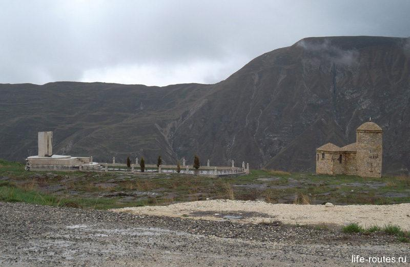 Памятник Льву Толстому и Хаджи-Мурату, а также небольшая мечеть на Матласском плато