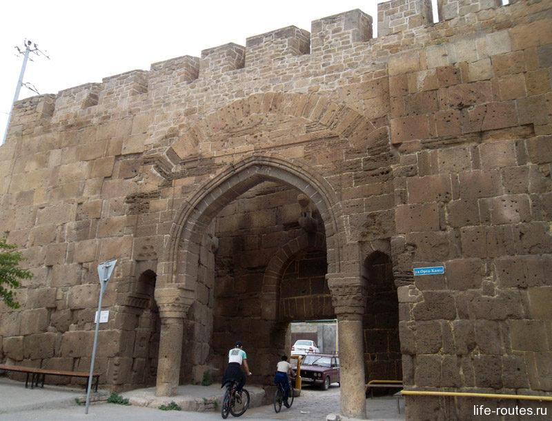 Ворота Орта-капы служили парадным въездом в город с юга
